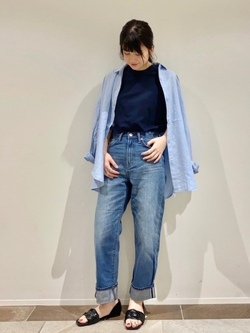 ネイビーのTシャツに、デニムパンツを合わせたシンプルコーデ。薄いブルーのシャツを羽織って、全体を青系で揃えた 着こなしに仕上げています。足元は黒のサンダルで、抜け感をプラス。涼しげで春夏にぴったりな着こなしですね。