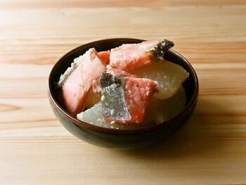 大根と塩鮭という和食にぴったりのコンビですが、こちらはガーリックバターで味付けしているので洋食にもマッチするでしょう。塩鮭は1切れを3等分するので、小鉢にもぴったりのサイズ感。フライパンで作れるのもお手軽ポイントです♪