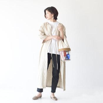 白のTシャツに細身のデニムパンツを合わせた、ベーシックな定番スタイル。ベージュカラーのロング丈ガウンを羽織って、シンプルすぎないコーディネートにアップデートしています。腰回りやヒップラインをカバーできるので、体のラインをあまり出したくないという方にもおすすめです。