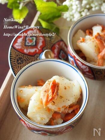 蒸した長芋と焼いた紅鮭を合わせて、山椒たっぷりの調味料で和える一品です。山椒の量はお好みで加減できるので、味見しながら加えると良いでしょう。蒸した長芋のムッチリとした食感もおいしさの決め手です。長芋を蒸す間や鮭を焼いている間に他の作業を済ませておけば時短に◎