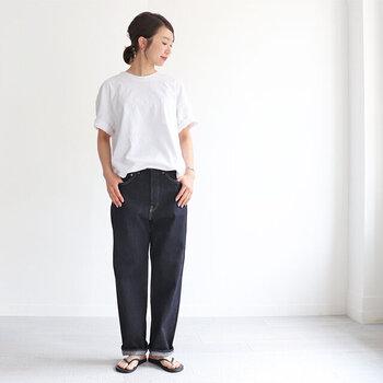 ストレートシルエットのデニムパンツに、白のTシャツをタックインしただけのコーディネートです。裾は少しだけ引き出してバランスを取って。これだけでもこなれ感たっぷりな大人コーデに仕上がりますよ。