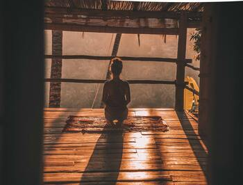 """""""そわそわ・ざわざわ""""そんなときに。心と体をクリアにする「瞑想」のはじめ方"""