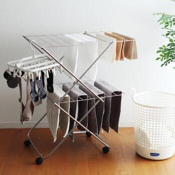物干し竿約2本分もの洗濯物が干せる、室内型スタンド。タオルや服を掛けて干すだけでなく、ニットなどを平干しすることもできます。キャスターが付いているので、洗濯機の横で干してから窓辺に移動するといった便利な使い方も可能です。