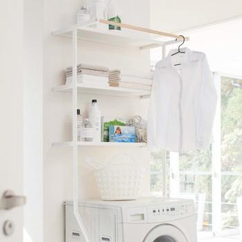 洗濯機の横に立て掛けるだけで、周りに収納スペースを作ることができるランドリーシェルフです。一番上にはバーがついているので、物干し用としても活用できます。収納+物干しを設置できる、一石二鳥のアイテムですね。