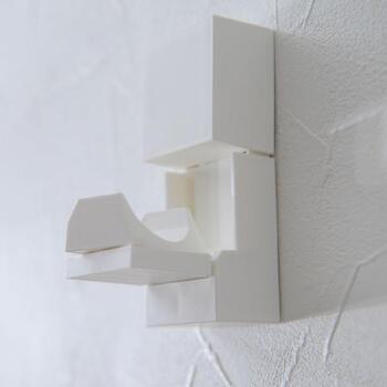 竿掛けは使わない時はパタンと畳んで収納が可能。壁と同系色なら、目立つこともありません。