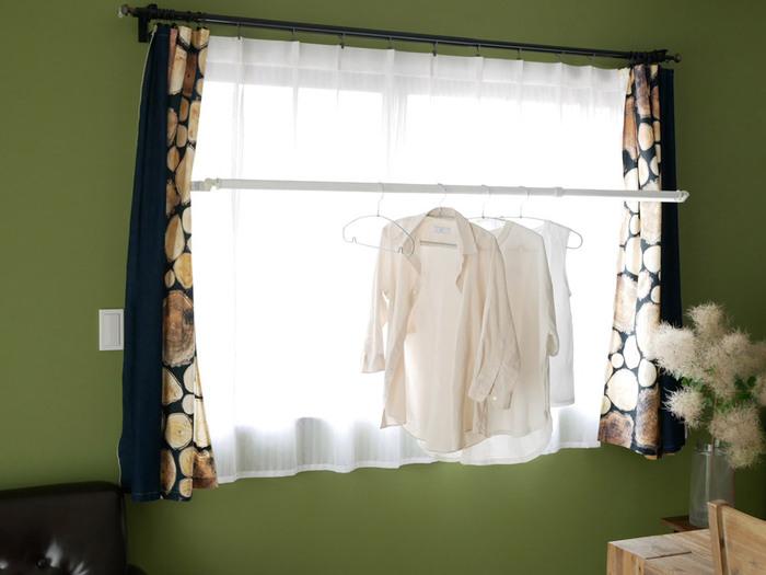 窓枠に設置するタイプの物干しは、日当たりを考えながら部屋干しが可能。窓枠に合わせて、SとMの2サイズから大きさを選べます。