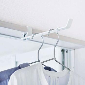 浴室などの扉の上枠部分を、挟んで設置するタイプの室内干しハンガーです。壁を傷つけずに使えるので、部屋の鴨居などに設置しても便利ですよ。