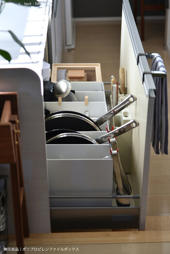 無印良品のファイルボックスを使ったフライパン収納。ボックス1個ずつにフライパンと鍋蓋をセットにしてそれぞれ収納すると、出し入れが楽になって料理のはかどる台所に。見た目がすっきりするのも魅力ですね。