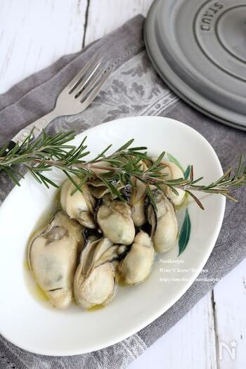 おいしそうな牡蠣を見つけたら、ぜひ作ってみてください。丁寧に洗った牡蠣に、白ワインとオリーブオイル、塩を加えて弱火で優しく蒸したレシピです。さっぱりしたいときには仕上げにレモン、塩気が足りないときには岩塩を振って、お好みの味付けでお酒と一緒に。