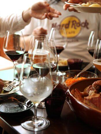 ラインナップは、「ホワイトワイン」「レッドワイン」「レッドワイン(L)」「ビアグラス」のほかに、「シャンパングラス」の5種類。こちらのセットは、レッドワイン・ホワイトワイン・シャンパンの3種がそれぞれ2客ずつ入っています。