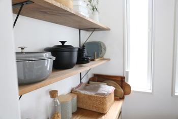 キッチン背面に棚をDIYで設置し、ストウブや野田琺瑯の素敵な鍋を見せる収納に♪お気に入りの鍋はしまい込まずにディスプレイしておくのもおすすめです。重たくてもすぐに出し入れできるので、使いやすさもアップします。