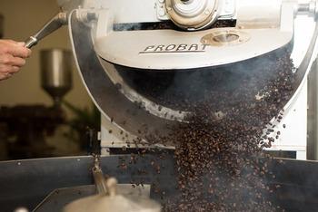 焙煎時間が短いと酸味が強く、焙煎時間が長いと苦味が強くなる傾向にあります。フルーティーさがあり酸味が際立つ方がお好きな方は浅煎り寄りのコーヒー豆を、力強い苦味を楽しみたい方は深煎り寄りのコーヒー豆を選ぶと良いでしょう。
