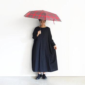 飽きがこない定番デザインが嬉しい、「Loiter(ロイター)」の晴雨兼用の折りたたみ傘。チェックやドットなど、ファッションのアクセントになるようなデザインが揃っています。