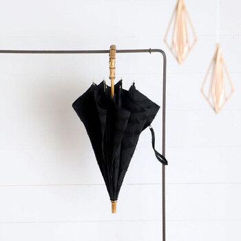 メイドインジャパンならではの繊細な作り。兵庫県西脇市で織られたジャガード生地には、UV&撥水加工が施されています。持ち手の竹と中棒の樫は、見ていてもうっとりしてしまいます。