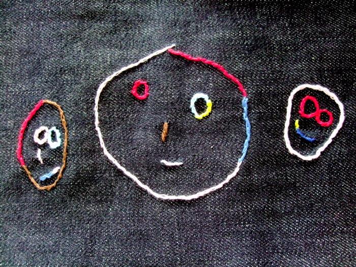 子供の絵を布に写して刺繍に。ハンカチやバッグの隅や、布に大きく刺繍してファブリックパネルを作ったり…布であればいろんなものに応用できます。子供の絵そのままのカラーまたは、鉛筆などで描いた白黒の絵はカラフルにアレンジしてもいいですね。