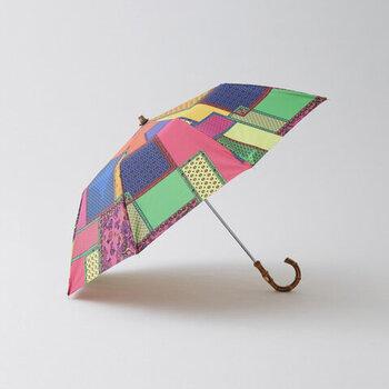 カラフルなパッチワーク柄がなんともキュート!「Traditional Weatherwea(トラディショナルウェザーウェア)」のフォールディング・アンブレラ・バンブー。折り畳み傘なのに、しっかりとした作りと大きめサイズなのもありがたいですね。