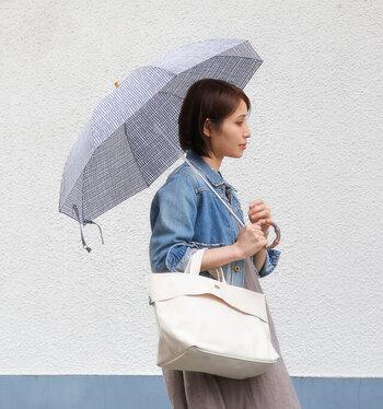 ギンガムチェック柄はファッションを選ばず使えます。持ち手には竹を使用しナチュラルな印象に仕上がっています。