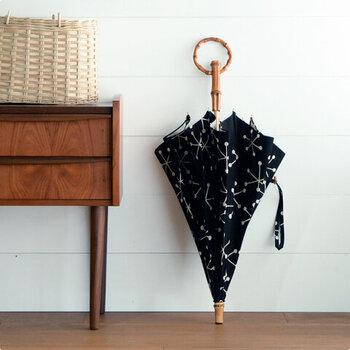 「SUR MER(シュルメール)」の傘は、天然素材を味わえる北欧素材と丸い持ち手が魅力的。持ち手と留め具部分には天然の竹が使われています。