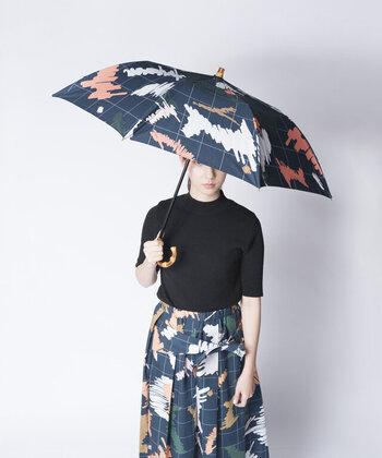 綿100%の優しい素材なので、傘をパッと開いた時になんだかほっこりします。おしゃれでポップな傘はプレゼントにもおすすめですよ。