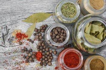 東南アジアに位置するインドネシア。スマトラ島やスラウェシ島などでの栽培が盛んです。インドネシアのコーヒーはマンデリンやトラジャというコーヒーの名前で目にすることが多いかもしれません。このマンデリンやトラジャは、「ギリン・バサー(スマトラ式)」と呼ばれる伝統の精製法が用いられることが多く、厚みのあるコクやスパイシーさ、土っぽさなどの独特な味わいを生み出します。
