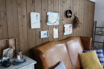 ダイソーのバインダーをアレンジして、子供の絵を飾っても素敵。こんな風に壁に飾ると、グンとにぎやかになりますね。バインダーで挟むだけなので絵の取り外しもラクチン。