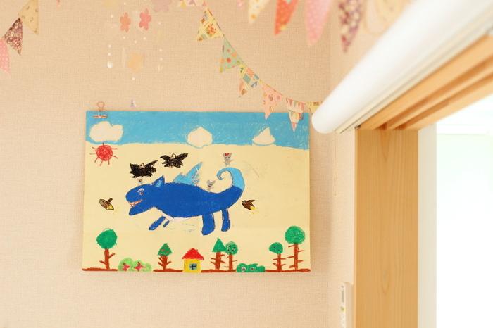 こちらはダイソーのリーンクリップと無印の針が細い画鋲を使って飾っています。子供の絵に穴を開けずに済み、可愛いアクセントに。挟むだけなので、絵の入れ替えもラクにできますよ。