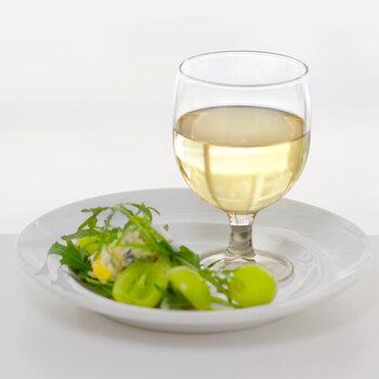 「VICRILA (ヴィクリラ)」は、1890年創業のバスク地方のグラスメーカー。「ガウディ」は、スペインのバルで業務用として使われています。手に収まりやすい適度な大きさと、しっかりとした安定感。ワイン以外のドリンクやデザートとの相性も抜群です。6oz(オンス)と8ozがあります。
