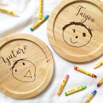 こちらは子供の絵を木製プレートに焼き付けたもの。絵と一緒に名前も入れてもらえます。器として食事で使うのはもちろん、棚にディスプレイとして飾っても素敵ですね。おじいちゃんやおばあちゃんへのプレゼントにしても喜んでもらえそう!