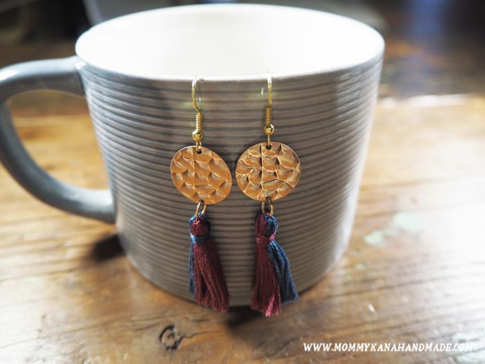 フリンジピアスは、もはや定番のデザインですよね。刺繍糸で作ればとても簡単に作れます。フリンジ単体でも素敵ですが、大きなパーツと組み合わせるのもおすすめです。