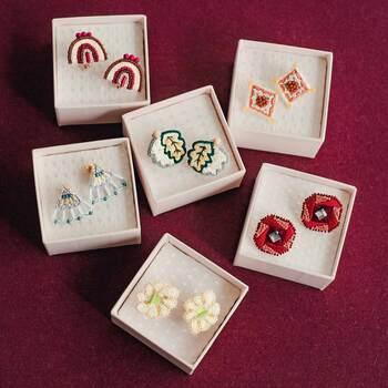 刺繍ステッチとビーズを融合させたポップで個性的なピアスが作れるコースです。合計6種類のピアスが作れて、基本のステッチやビーズ刺繍の基礎が学べます。