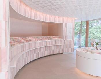 宝満宮竈門神社はお札お守り授与所がとってもおしゃれなことでも評判です。インテリアデザイナー・Wonderwall片山正通さんがデザインを手掛けたもの。