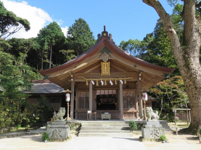 太宰府天満宮の近くにある「宝満宮竈門神社」にも立ち寄っておきたいですね。太宰府天満宮から歩いて約30分ですが、バスで行くのがおすすめです。太宰府天満宮に比べるとマイナーでしたが、「鬼滅の刃」の聖地として一躍有名になりました。縁結び、方除け、厄除の神様として知られる、創建1350年以上の歴史ある神社です。