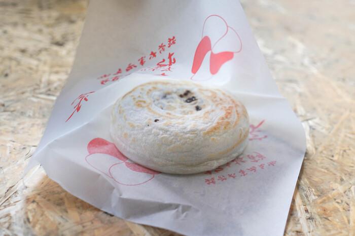 太宰府天満宮の食べ歩きグルメといえば「梅ヶ枝餅」。店舗で作っている様子を間近で見ることができます。焼き立てを食べられるので、いくつかのお店の梅ヶ枝餅を食べ比べしてみるのもいいかも。もちろん、お土産にもおすすめです。