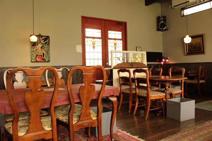 宝満宮竈門神社からほど近いところにある「人と木」。ハンバーグとアップルパイが美味しいと評判の人気カフェ。店内は天井が高く、温かみのあるアンティーク家具が並ぶ落ち着いた雰囲気です。