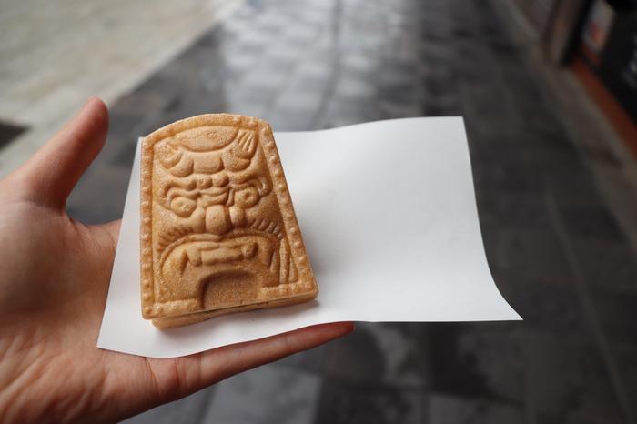 太宰府参道にあるもなか専門店・天山の「鬼瓦最中」。その名の通り鬼瓦の形が特徴で、北海道産の小豆を使用した甘さ控えめの粒餡と白餡があります。パリッとした最中の皮と程よい甘さの餡の組み合わせは、何個でも食べられる美味しさです。