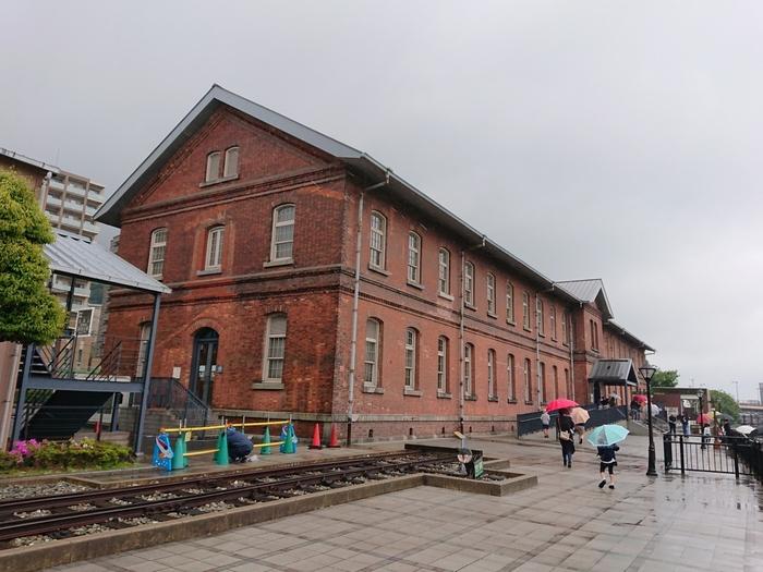 """旧九州鉄道の本社社屋が本館になっています。通称""""赤レンガ""""と呼ばれる建物は、1891年に建築されたもの。国の登録有形文化財にも指定されています。レンガ造りの壁は当時のままなので、歴史に想いを馳せながら散策してみてください♪"""