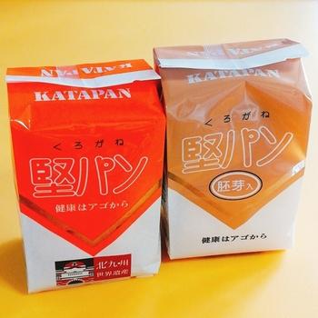 門司港のお土産ではありませんが、北九州名物の「堅パン」もおすすめ。程よい甘さの素朴な味わいとレトロなパッケージで人気を集めています。その名の通り、とにかく堅いのが特徴なので、柔らかくしたいときは牛乳に浸して食べると◎