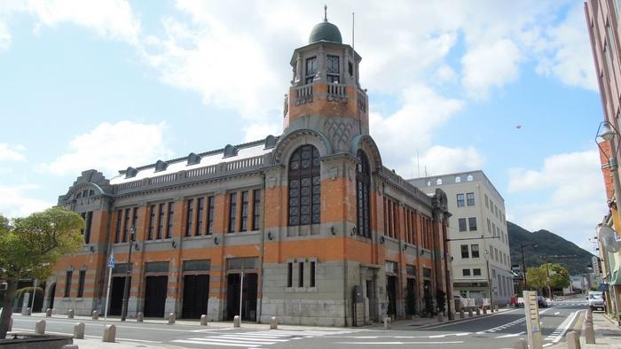 門司港レトロは、国土交通省の都市景観100選を受賞していることもあり、どこを切り取っても絵になる街です。こちらは1917年に建築した旧大阪商船。八角形の塔やオレンジの壁など独特のデザインに目を奪われますね。