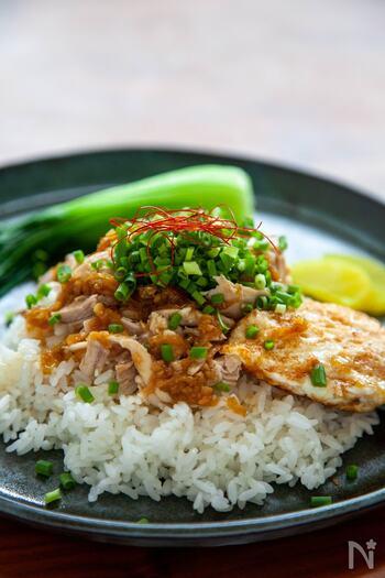 鶏モモ肉を使ったジーローハンです。レンジで蒸した鶏モモ肉に、生姜とにんにくのきいた焦がしネギのタレをかけていただきます。鶏肉のうま味を存分に生かした香ばしいタレが最高♪ルーローハンよりあっさりしていて、満足感ある味わいです。鶏むね肉ならもっとヘルシーに仕上がりますよ◎
