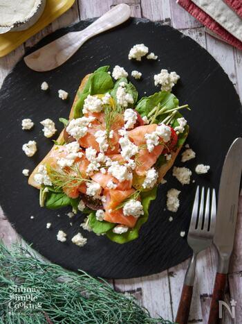 スモーブローとは、デンマーク名物のオープンサンド。魚介類が豊富な北欧では、スモークサーモンやニシンの酢漬けが人気の具材なのだそう。こちらは日本でも簡単に手に入る、サーモンのお刺身を使ったレシピ。お皿に載せて、ナイフとフォークでいただきます。