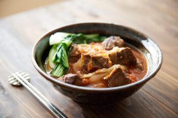 じっくりコトコト♪牛すじ肉を煮込んだ牛肉麺です。うま味が凝縮した牛肉のスープは、最後の一滴まで飲み干してしまうほどのおいしさ。中華めんの代わりにうどんなど、お好きな麺でOK。手間暇かけて煮込んだ価値のある味わいをぜひ試してみて。やみつきになりますよ♪
