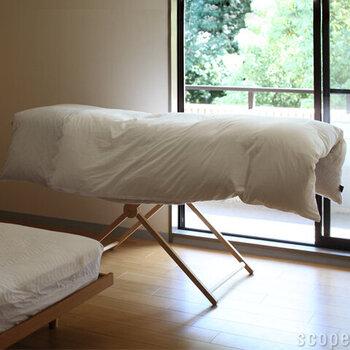 広げれば布団を干すこともできちゃいます。パタンと畳めば場所を取らずに収納でき、一年を通して活躍してくれます。