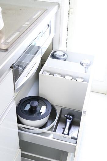 取っ手の取れるフライパンや鍋なら、重ねてコンパクトに収納できます。引き出しの中を仕切らなくても見やすい収納にできますね。フライパンや鍋の数が少ない人におすすめの方法です。