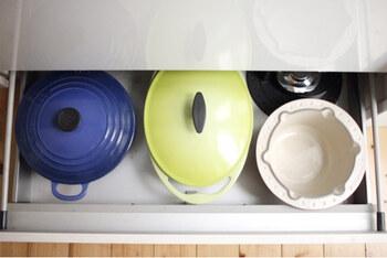 コンロ下などに浅めの引き出しが備わっている場合は、ルクルーゼなどの大きな鍋専用スペースにするのもいいですね。重ねずに並べて収納することで、重たくても出し入れしやすくなります。