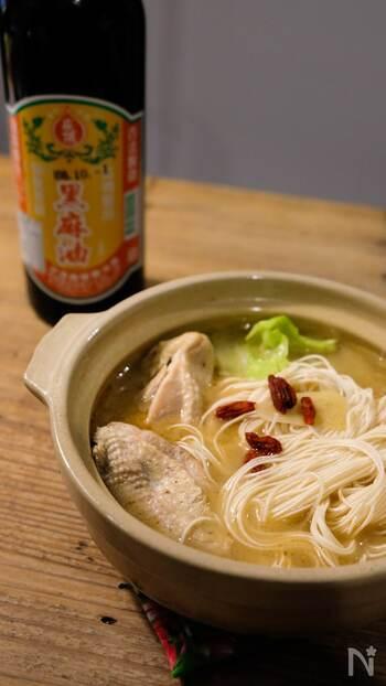 生姜のきいた台湾の薬膳スープはいかが。皮つきの鶏モモ肉のうま味が溶け込んだスープは絶品!麺もつるつるお箸がすすみます。潰したにんにくと醤油を合わしたつけダレに鶏肉をつけて食べても◎体の芯からポカポカ温まりますよ。