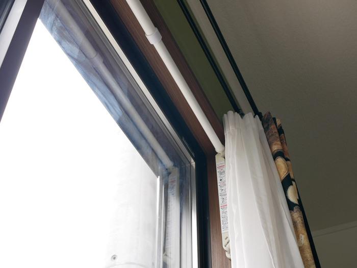 使わない時には、竿を付けた状態で窓枠の内側に収納できます。出す時は軽い力で引き出せるので、使いたい時にだけ使用できるのが特徴です。