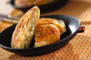 山椒を加えてピリッと♪カリッと香ばしく焼き上げたネギパイは、台湾ではおやつとして親しまれているそう。しょうゆを塗ってさらに香ばしく仕上げて◎ 焼く前の成型した生地は、冷凍保存も可能。山椒のきいた大人味のネギパイは、おつまみにも絶品ですよ。