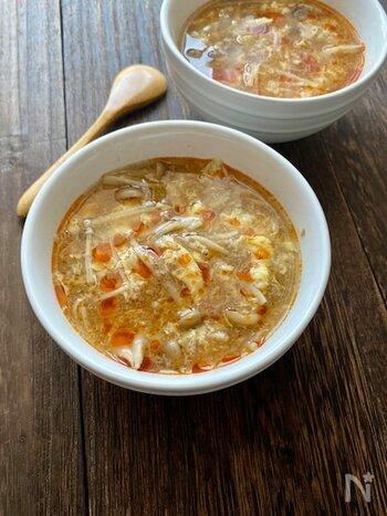 食物繊維たっぷりのきのこをふんだんに盛り込んだスープ。おうちにある材料で、10分ほどでつくれちゃいます。体によい菌を食事からとって腸を整える「菌活」も、一緒にできますよ。