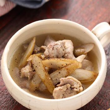 食物繊維たっぷりの野菜と言えば、ごぼう。たんぱく質の鶏肉からダシをとった化学調味料不使用のレシピで、デトックスデイにぴったりです。コショウのぴりっとした味付けがクセになりそう。