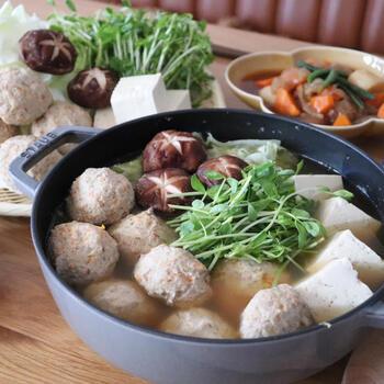 鶏むね肉のほかに、ごぼうやレンコン、人参、玉ねぎと、腸活によい食材をたくさん使った肉団子のお鍋。食事のメインになって、これ1つでお腹も大満足です。野菜やきのこなど好きな具材も一緒に煮ちゃいましょう。